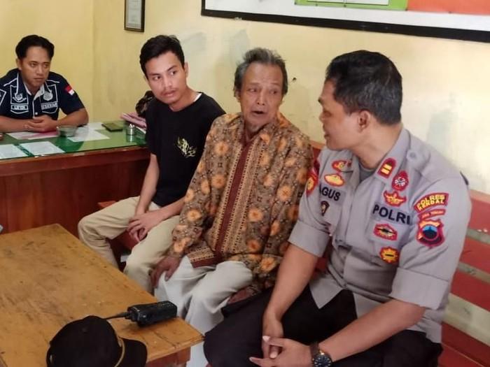 Pelaku dan korban dimintai keterangan di Polsek Limbangan, Kendal, terkait viral video cucu menghajar kakek. (Foto: dok. Istimewa)