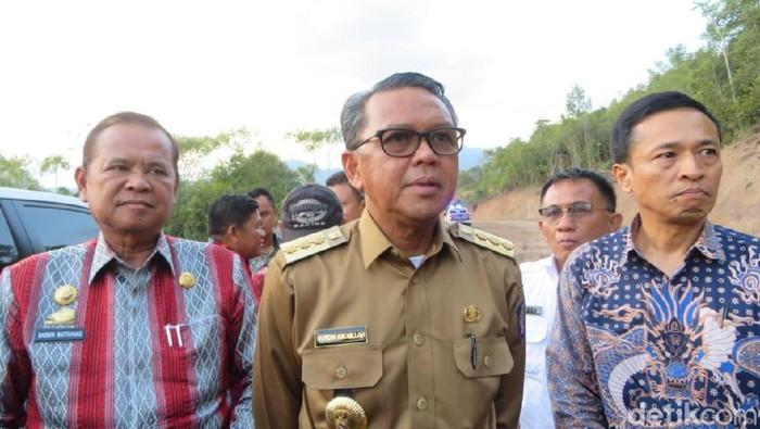 Foto: Gubernur Sulawesi Selatan Nurdin Abdullah meninjau pembukaan jalur Kecamatan Bua, Kabupaten Luwu menuju Kecamatan Rantepao, Toraja Utara. (Noval-detikcom)