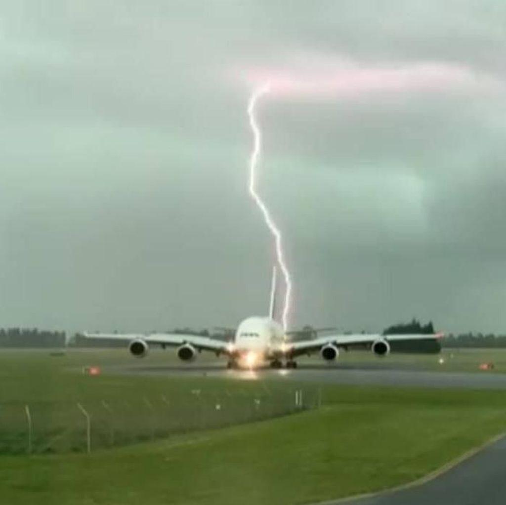 Momen Pesawat Mendarat Nyaris Tersambar Petir