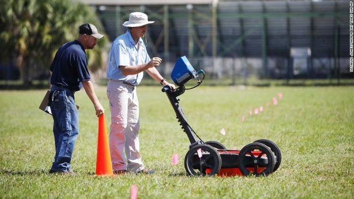Para teknisi geofisika memastikan keberadaan peti-peti mati itu di area sekolah menengah setempat dengan menggunakan radar penetrasi tanah (Octavio Jones/Tampa Bay Times via AP)