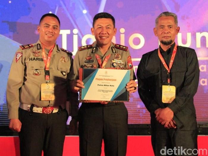 Kapolresta Blitar menerima penghargaan dari Menpan RB (Foto: Istimewa)
