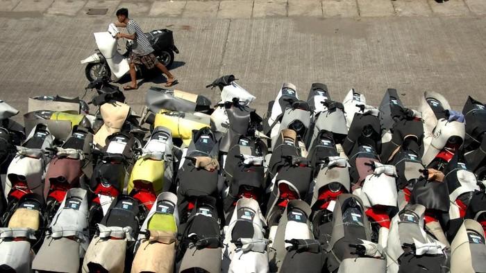 Pekerja mengatur motor baru yang tiba di Pelabuhan Sukarno Hatta, Makassar, Sulawesi Selatan, Rabu (20/11/2019). Data Asosiasi Industri Sepeda Motor Indonesia (AISI) menunjukkan pada 2019 penjualan motor nasional mencapai 1.100.950 unit motor atau naik 19,4 persen dari tahun 2018 yang hanya mencapai 922.123 unit. ANTARA FOTO/Abriawan Abhe/foc.