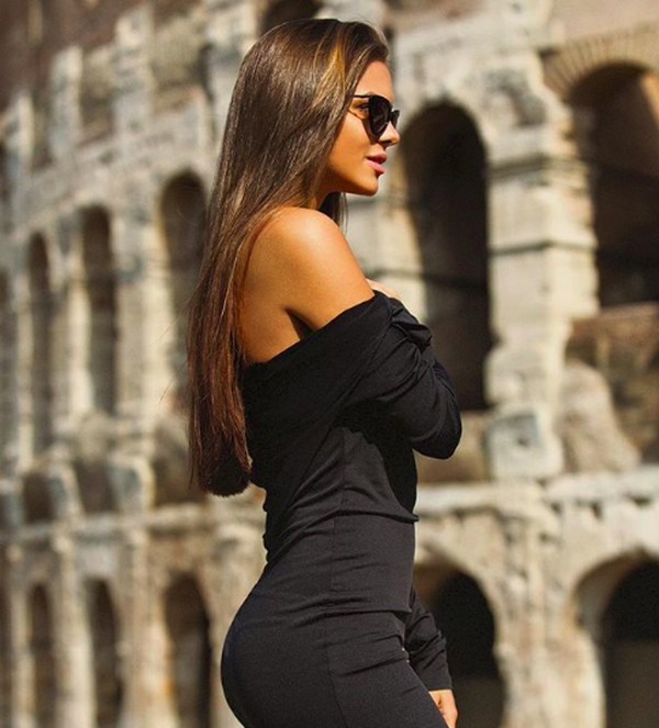 Liburan ke Roma, Italia dia berkunjung ke Colosseum. (viki_odintcova/Instagram)