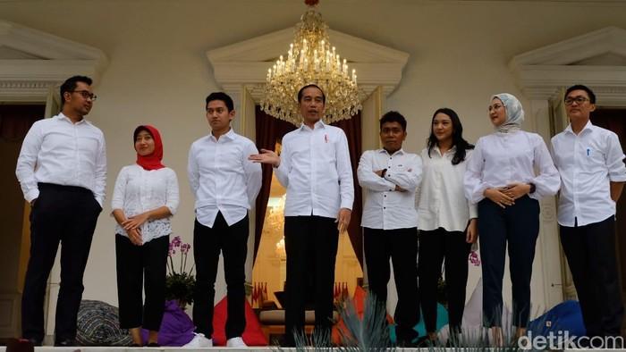 Jokowi dan tujuh stafsusnya yang anak muda. (Andhika Prasetya/detikcom)