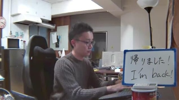 Tetsuya Inoue, cucu dari pemilik hotel, juga melakukan live streaming saat berada di dalam ruangan kantornya. Kamar murah dangan syarat live streaming itu adalah idenya. (Asahi Ryokan)