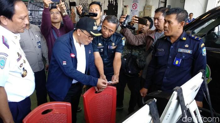 Wali Kota Bandung Oded M Danial menggelar sidak ke kantor Dinas Perhubungan. (Mochamad Solehudin/detikcom)