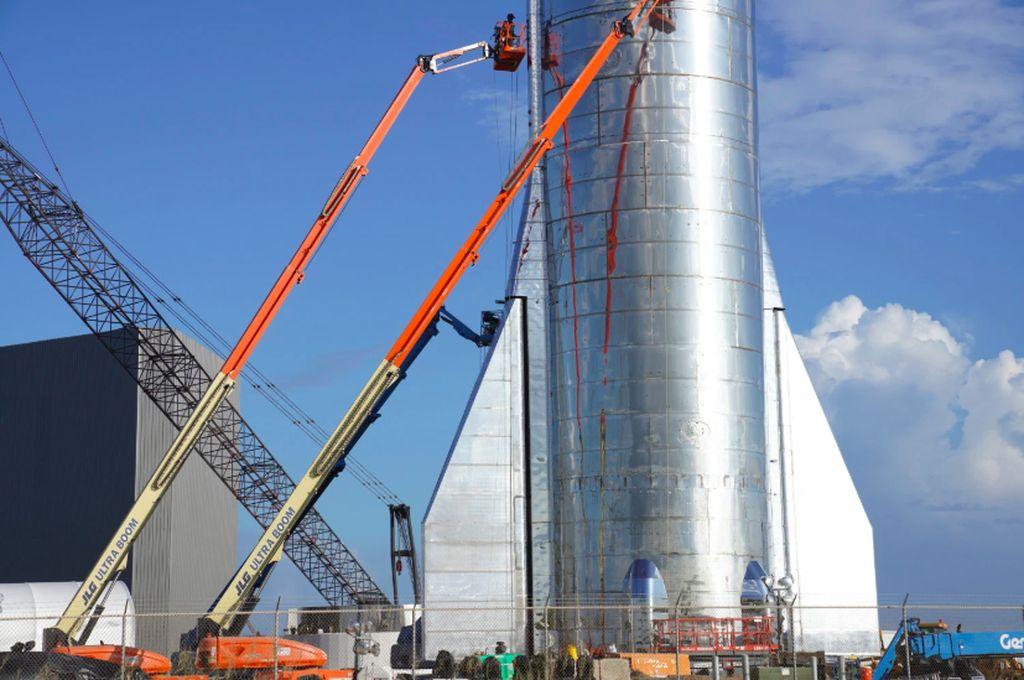 Prototipe roket Starship Mk1 milik SpaceX meledak sebagian dalam pengujian yang dilakukan di Texas, Amerika Serikat. Ledakan ini menimbulkan asap menggumpal dan melontarkan kepingan komponen dari roket tersebut. Foto: Darrell Etherington via Tech Crunch