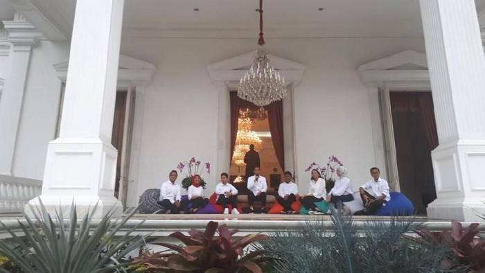 Jokowi memperkenalkan Stafsus di Istana. (Andhika/detikcom)