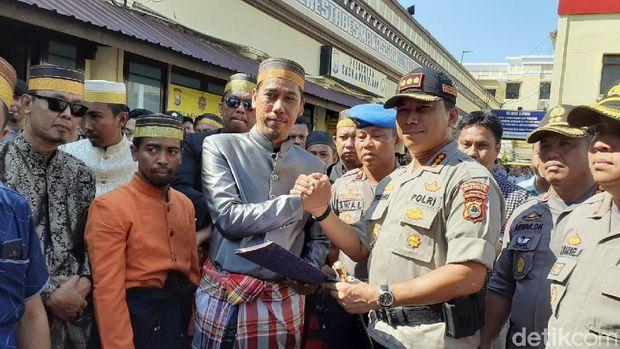 Massa Gelar Aksi di Polrestabes Makassar menuntut pengusutan tuntas kasus pembunuhan mahasiswa UMI Makassar, Kamis (21/11/2019)