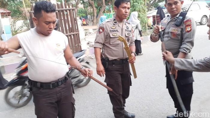 Polisi menyita samurai hingga puluhan anak panah di lokasi bentrokan mahasiswa UNM Makassar. (Muhammad Nur Abdurrahman/detikcom)