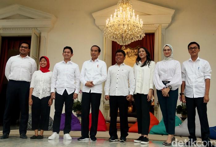 Presiden Joko Widodo mengenalkan 7 staf khusus baru dari kalangan milenial. Para anak muda itu diantaranya Putri Tanjung hingga Belva Devara.