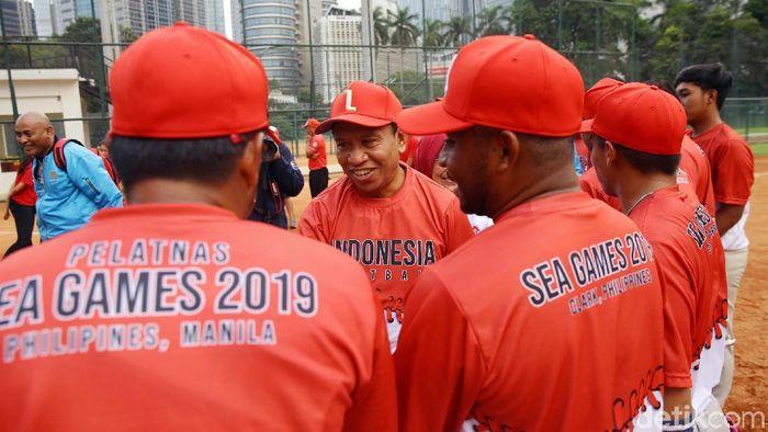 Menpora Zainudin Amali mengunjungi pelatnas softball di Kompleks Gelora Bung Karno. Pelatnas softball tengah mempersiapkan diri menghadapi SEA Games 2019 Filipina.