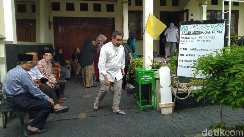 Pelayat Datangi Rumah Duka Ketua PP Muhammadiyah Bahtiar Effendy