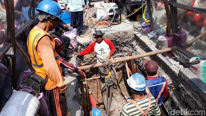 Proses pemotongan pipa jaringan transmisi air bersih PDAM Surakarta di Purwosari. Foto: Bayu Ardi Isnanto/detikcom