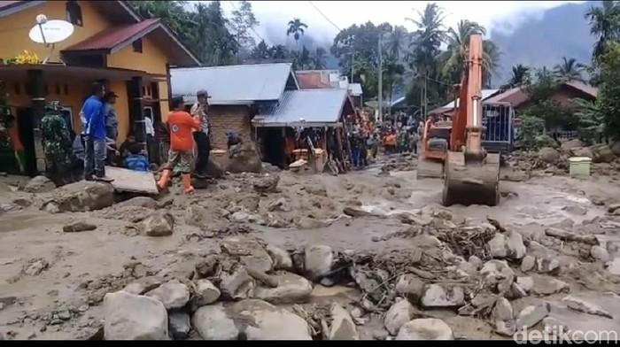 Alat berat membersihkan sisa banjir bandang di Agam Sumbar. (Jeka Kampai/detikcom)