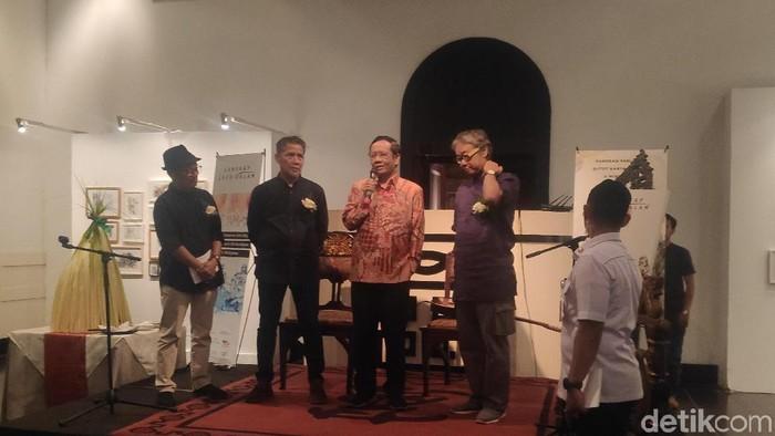 Menko Polhukam Mahfud Md membuka pameran lukisan Lanskap Luar Dalam karya Butet Kartaredjasa dan Widiyatno. (Alfons/detikcom)