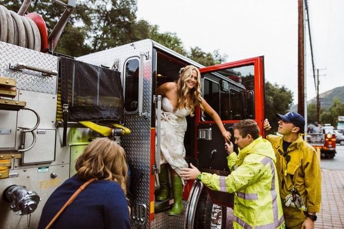Terjebak macet, pengantin naik mobil Damkar ke tempat pernikahan. Foto: dok. Fotografer Amy Van Vlear