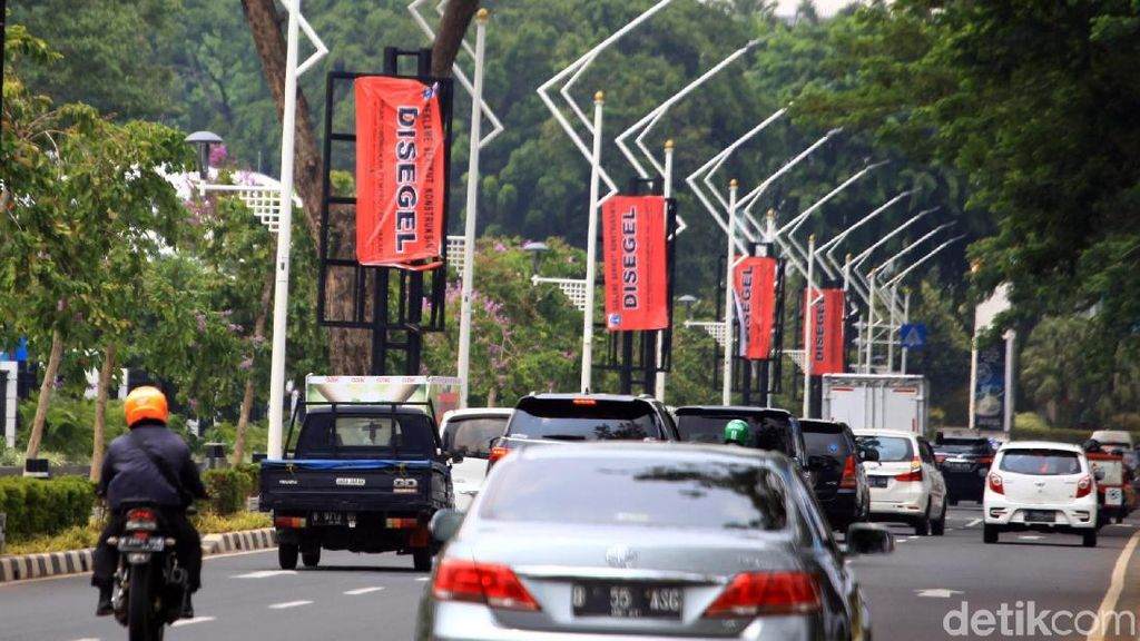 14 Tiang Reklame Tak Berizin di Senayan Disegel Pemprov DKI