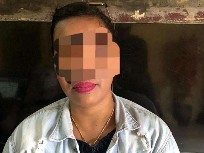 LE (42), mami tempat karaoke di kawasan Pantai Carita, dijadikan tersangka. (Istimewa)