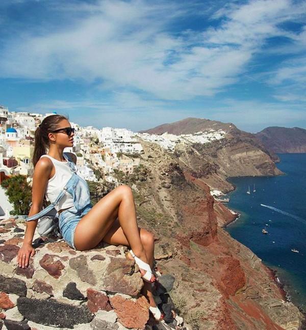Gayanya saat menikmati keindahan Santorini, Yunani. (viki_odintcova/Instagram)