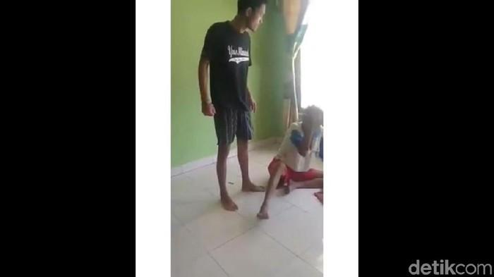 Video viral Youtuber Iyus Sinting tega tendangi kakeknya di Kendal. Foto: Tangkapan layar video viral di Instagram