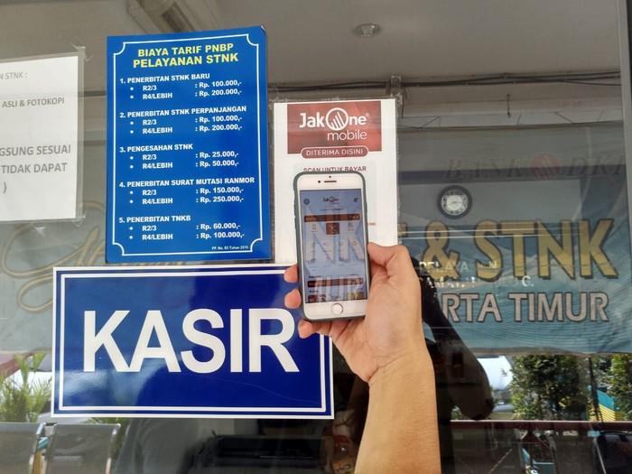 Salah satu Wajib Pajak sedang melakukan transaksi pembayaran Pajak Kendaraan Bermotor (PKB) menggunakan JakOne Mobile di Jakarta, (21/11). Untuk memaksimalkan kemudahan bagi Wajib Pajak, Bank DKI menyediakan aplikasi layanan keuangan JakOne Mobile sebagai solusi praktis untuk pembayaran PKB kapanpun dan dimanapun. Wajib pajak hanya perlu memasukkan nomor polisi kendaraan yang akan dibayar melalui JakOne Mobile.