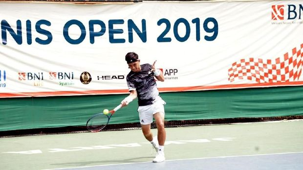 Aksi Petenis Pelatnas Putra Indonesia Christopher Rungkat di semi final BNI Tennis Open 2019