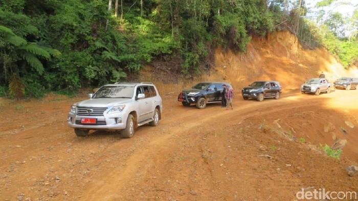 Gubernur Sulsel Nurdin Abdullah mengecek pembukaan jalur Kecamatan Bua, Kabupaten Luwu menuju Kecamatan Rantepao, Toraja Utara./Foto: Noval Dhwinuari Antony-detikcom