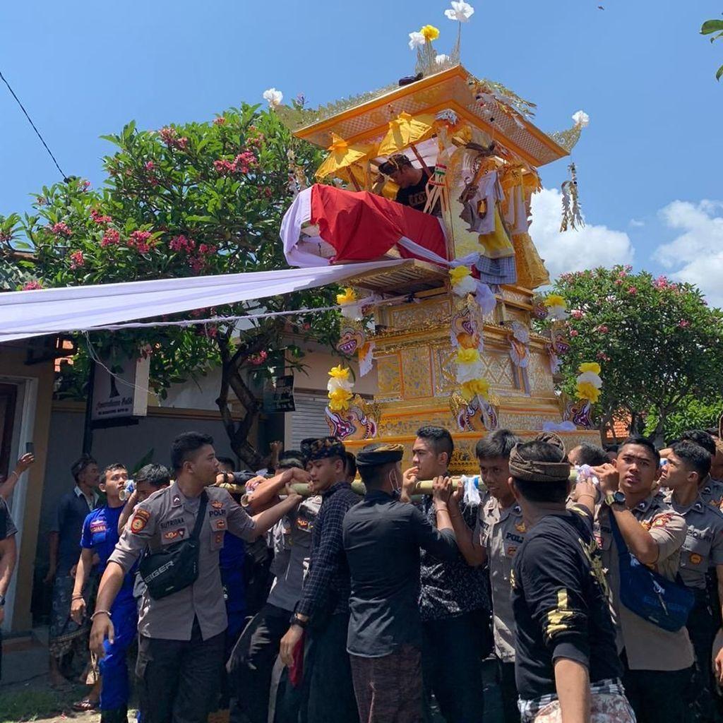 Keluarga Gelar Ngaben untuk Polisi yang Tewas Saat Patroli di Bali