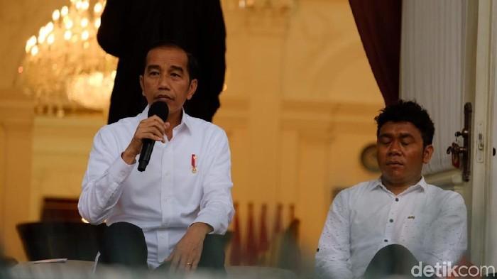 Jokowi saat memperkenalkan stafsus milenial. (Andhika/detikcom)