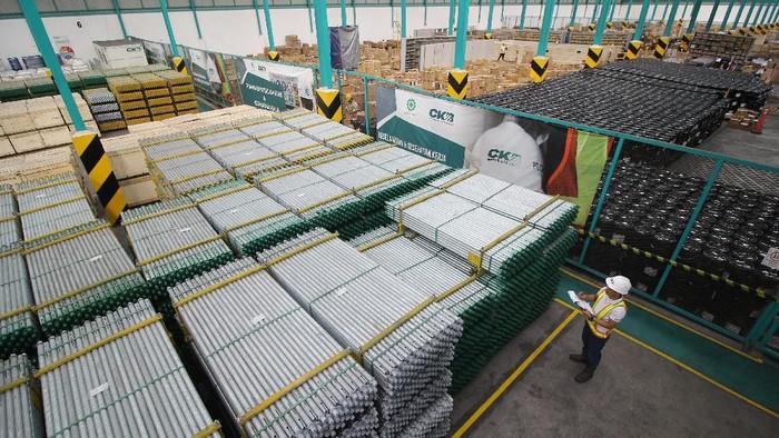 Pekerja beraktifitas di Pusat Logistik Berikat (PLB) di kawasan gudang PT Cipta Krida Bahari (CKB) Logistics, Osowilangun, Surabaya, Jawa Timur, Rabu (20/11/2019). CKB Logistics, anak usaha perusahaan energi terintegrasi PT ABM Investama Tbk telah menyelesaikan perluasan area gudang seluas 25 ribu m2 sehingga total kapasitas menjadi 55 ribu m2, termasuk 8.500 m2 fasilitas Pusat Logistik Berikat (PLB) untuk mengantisipasi pertumbuhan industri di kawasan Indonesia Timur. ANTARA FOTO/Moch Asim/