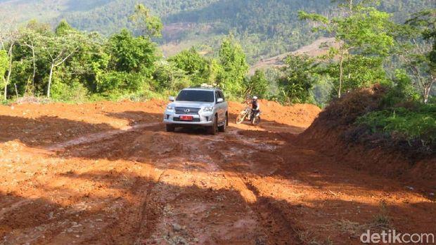 Gubernur Sulsel Nurdin Abdullah mengecek pembukaan jalur Kecamatan Bua, Kabupaten Luwu menuju Kecamatan Rantepao, Toraja Utara.
