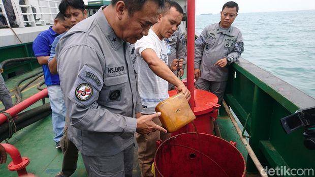 Badan Keamanan Laut (Bakamla) menangkap kapal muatan BBM ilegal