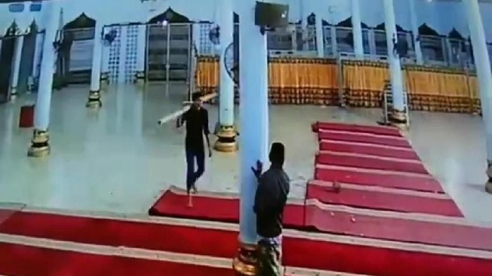 Foto: Agus Setyadi-detikcom/Screenshot video pria membawa balok kayu di Bireuen