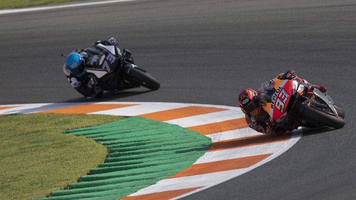Marc Marquez dan Alex Marquez di hari kedua tes MotoGP Valencia. (Foto: Mirco Lazzari gp/Getty Images)