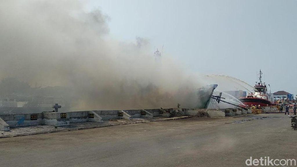 Kapal Bermuatan Sembako Terbakar di Pelabuhan Semarang, 2 ABK Terluka