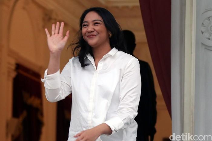 Putri Tanjung resmi ditunjuk menjadi salah satu staf khusus Presiden Joko Widodo (Jokowi). Senyum menghiasi bibirnya saat diperkenalkan sebagai Stafsus Jokowi.