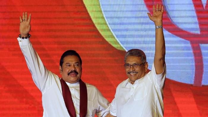 {residen baru Sri Lanka, Gotabaya Rajapaksa (kanan), dan kakaknya, Mahinda Rajapaksa (kiri), yang ditunjuk menjadi PM (AP Photo/Eranga Jayawardena, File)