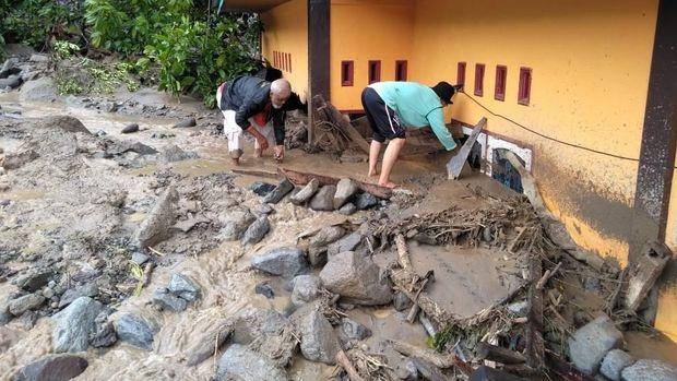 Banjir bandang menerjang permukiman di Kecamatan Tanjung Raya, Agam, Sumatera Barat (Sumbar).