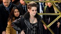 Pakai Sneakers, Kristen Stewart Curi Atensi di Red Carpet Charlies Angels
