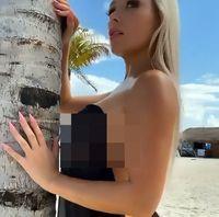 Model Playboy Tebar Pesona di Pantai Populer
