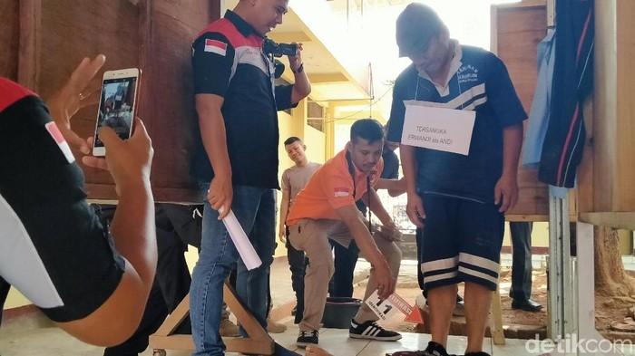 Rekonstruksi pembunuhan wanita di warung Jalingkut, Pemalang, Kamis (21/11/2019). (Robby Bernardi/detikcom)
