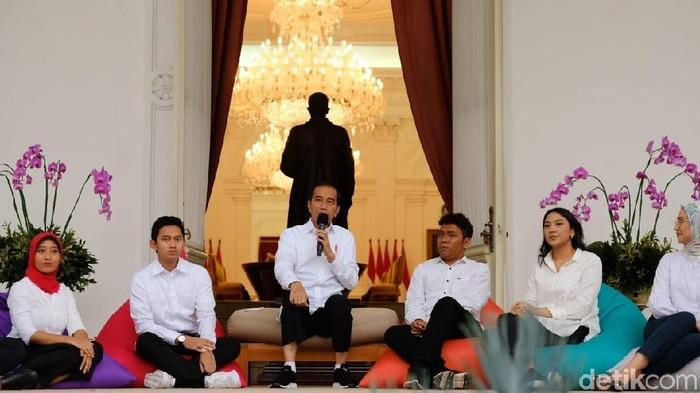 Foto: Salah satu berita populer pekan ini, saat Presiden Jokowi memperkenalkan staf khususnya (Andhika Prasetya/detikcom)