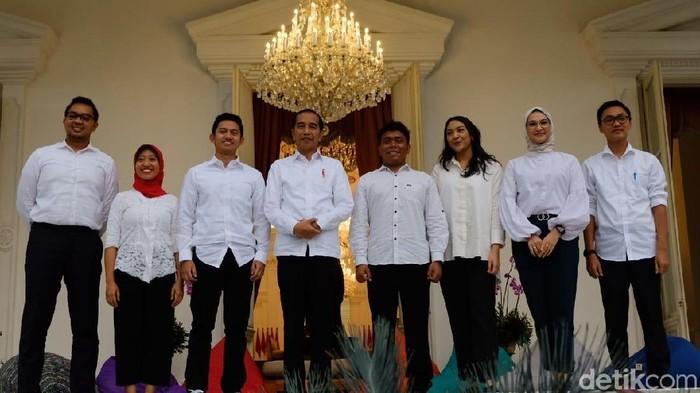 Foto: Presiden Jokowi bersama 7 staf khusus baru dari kalangan milenial. (Andhika Prasetya/detikcom)