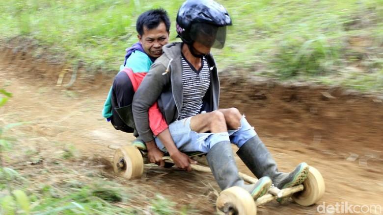 Main balapan kadaplak di Cimahi (Yudha Maulana/detikcom)