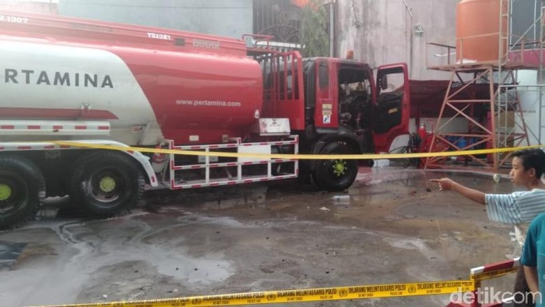 Truk Tangki Pengisi BBM Terbakar di SPBU Jalan Masjid Raya Makassar