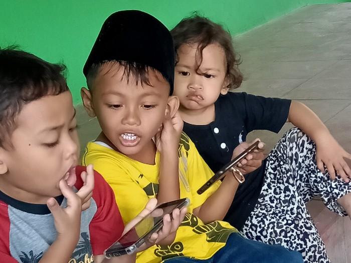 Anak-anak dan gawainya (foto: koleksi penulis)