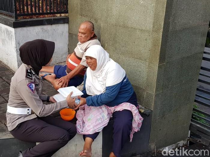 Polres Sumedang rutin membagikan makanan pada duafa dan warga setiap Jumat pagi. (Foto: Wisma Putra/detikcom)