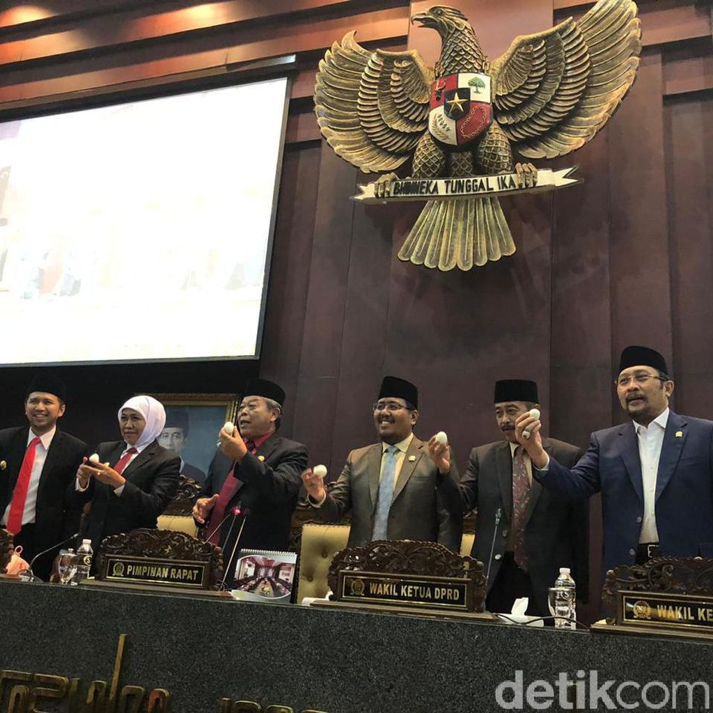 Khofifah dan Anggota DPRD Jatim Kompak Makan Telur di Rapat Paripurna
