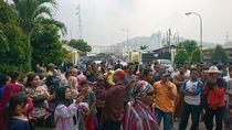 Protes Bau Menyengat, Warga di Cilegon Blokir Akses ke Pabrik Kimia